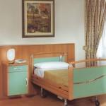 kerekes ágy könnyen elérhetően elrendezve