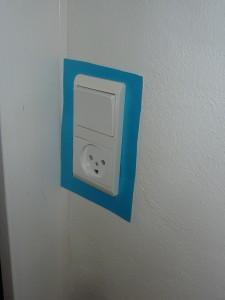A képen a kapcsoló és a konektor köré kék szalag van ragasztva.