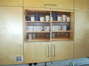 A képen egy konyhaszekrény látható és az ajtaján elhelyezett annak tartalmára utaló kép.