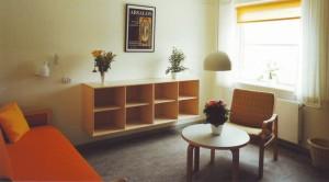 Nappali szoba kerekesszékkel is elérhető polcokkal