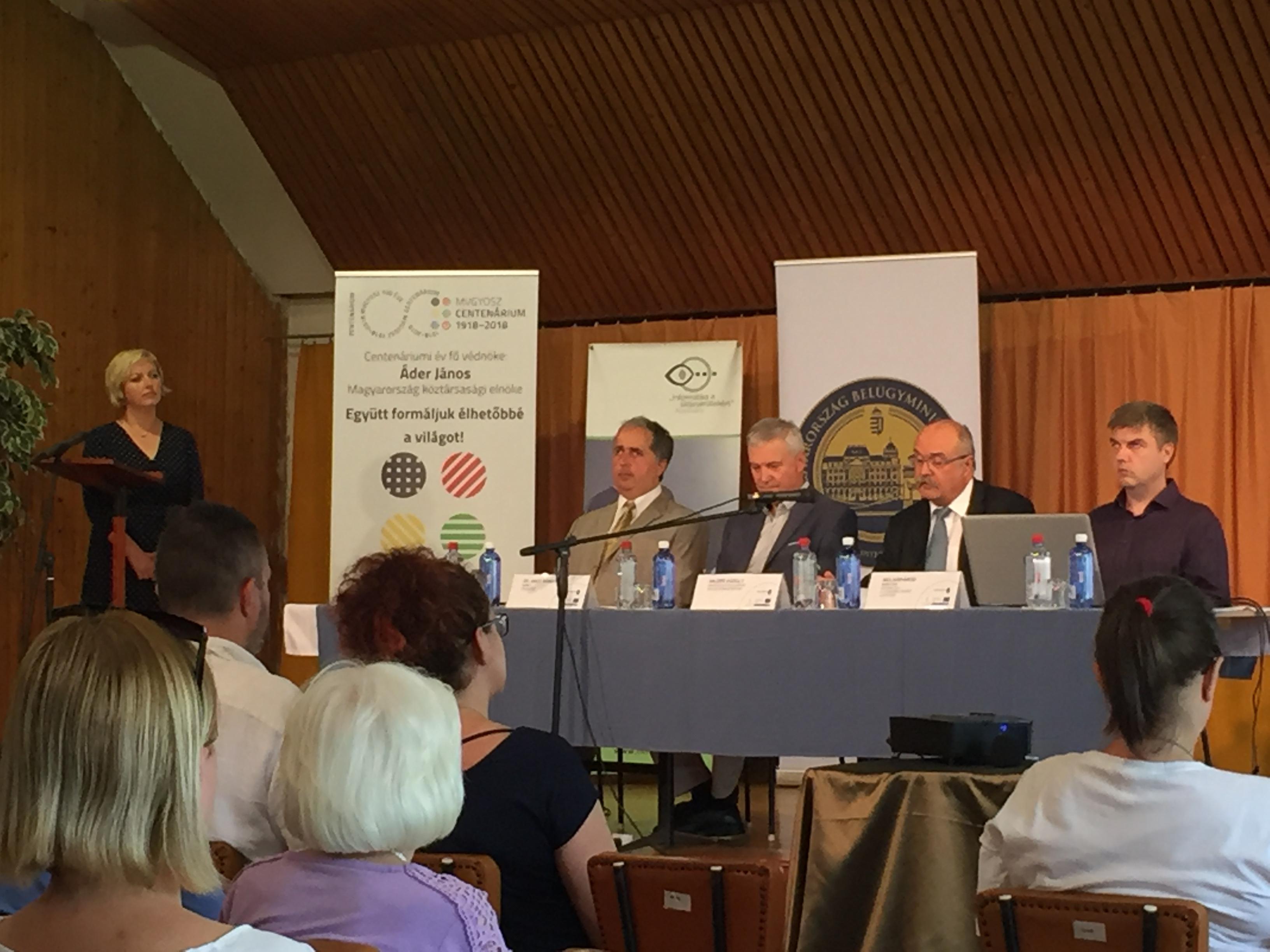 A csatolt fotón a sajtótájékoztató résztvevői láthatóak, balról jobbra: Szuhaj Mihály, INFOALAP elnök, Dr. Nagy Sándor, MVGYOSZ elnök, Hajzer Károly, BM informatikai helyettes államtitkár, Molnár Ákos, INFOALAP munkatárs