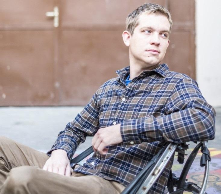 A képen Erős Levente látható, a Nagy Lépés autistákkal dolgozó futárszolgálat alapítója.