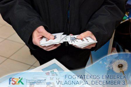 a képen az alábbi szöveg olvasható: fogyatékos emberek világnapja december 3. Egy ember szókártyákat válogat.