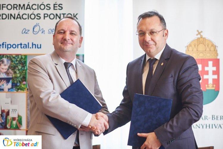 A képen Dr. Tóth Tibor és Román István kormánymegbízott fog kezet az együttműködési megállapodás aláírása után.