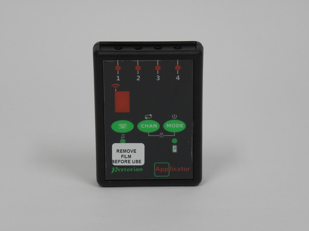Fekete kapcsolódoboz és a rajta lévő zöld gombok illetve a piros kijelző látható a képen.