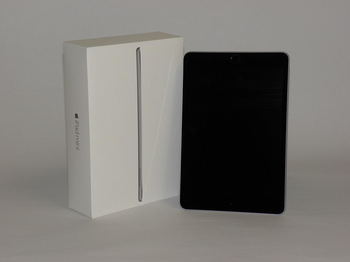 Apple Ipad mini és a doboza látható a képen.