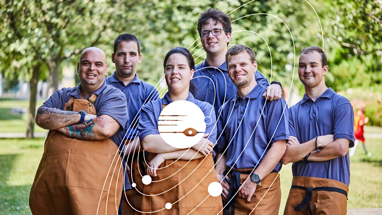 A képen a büfé jelenlegi dolgozói láthatóak, kék pólóban és barna kötényben.