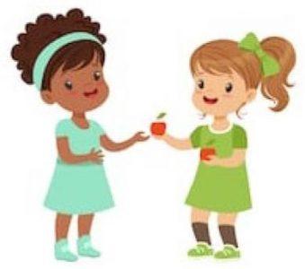 A képen két kislány látható, amint egyik a másiknak egy almát nyújt át