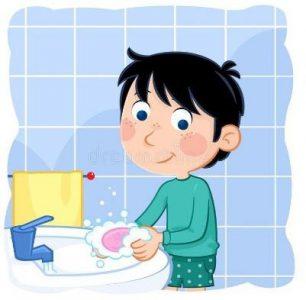 A képen az látható, hogy egy fiú a csapnál éppen kezet mos.