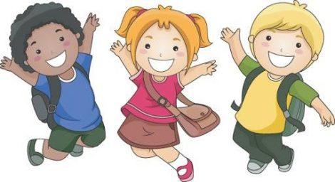 A képen két fiú és egy kislány látható amint örömükben mosolyognak.